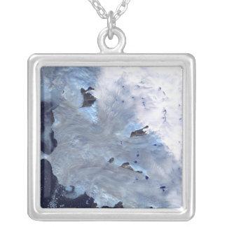 Collier Un petit champ des glaciers entoure la baie de