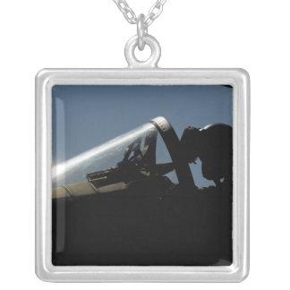 Collier Un pilote se prépare au décollage