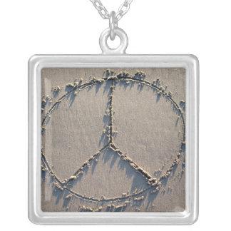 Collier Un signe de paix dessiné dans le sable