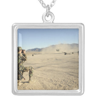Collier Un soldat documente un Chinook CH-47