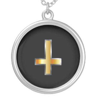 Collier Une croix inversée la croix de St Peter