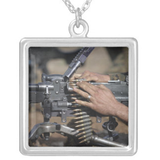Collier Une marine charge heure du matin - mitrailleuse