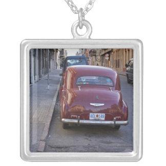 Collier Une vieille voiture rouge classique de Peugeot a