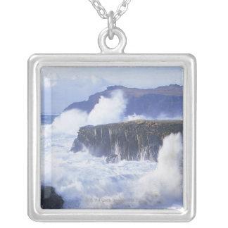 Collier une vue des vagues se brisant contre des roches