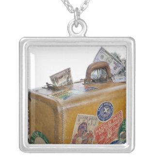 Collier Valise antique avec de l'argent saillant