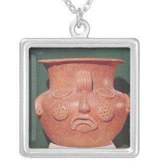 Collier Vase globulaire avec un visage, de Kalminaljuy