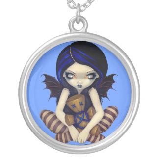 Collier Vaudou dans la fée bleue de poupée de vaudou de
