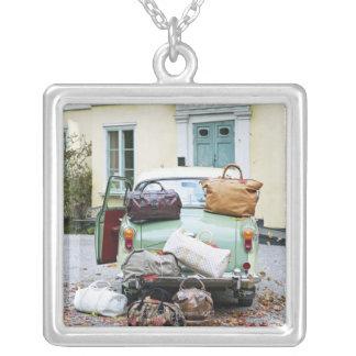 Collier Voiture vintage avec un bon nombre de bagage