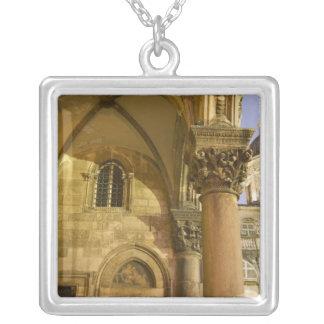 Collier Voûtes du palais du recteur avec la cathédrale de