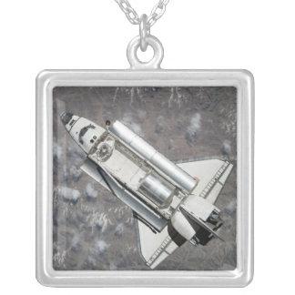 Collier Vue aérienne de découverte de navette spatiale