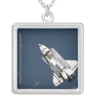 Collier Vue aérienne de la découverte de navette spatiale