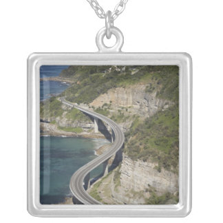 Collier Vue aérienne de pont en falaise de mer près de