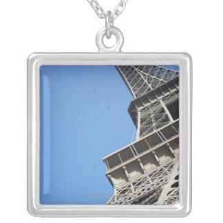 Collier Vue d'angle faible de Tour Eiffel, Paris, France