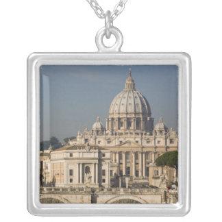 Collier Vue du dôme de la basilique de St Peter avec