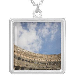 Collier vue large de l'intérieur du Colosseum