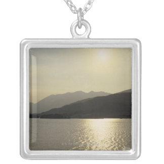 Collier vue panoramique des montagnes et du lac 2