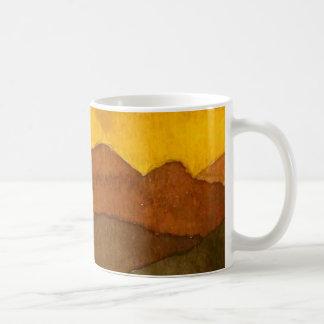 Collines rocheuses de coucher du soleil rural de mug