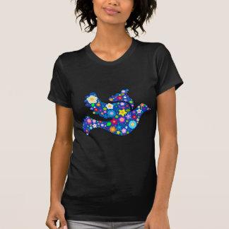 Colombe bleue de paix faite de fleurs décoratives t-shirt