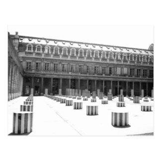 Colonnes dans la cour - carte postale