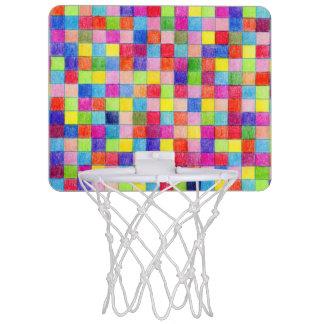 Coloré dans des carrés de papier de graphique mini-panier de basket
