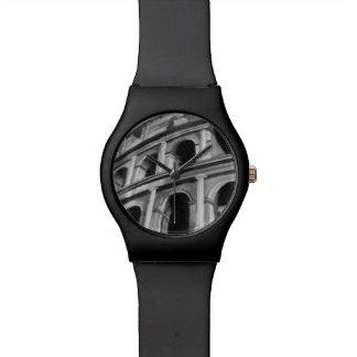 Colosseum romain avec les dessins architecturaux montres cadran