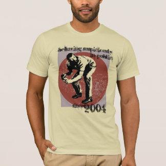 Comportement soupçonneusement dans le T-shirt