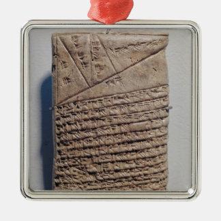 Comprimé avec quatorze lignes d'un texte ornement carré argenté