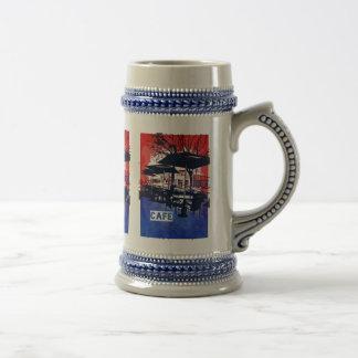 Conception bleue rouge d'art de bruit de café frai chope à bière