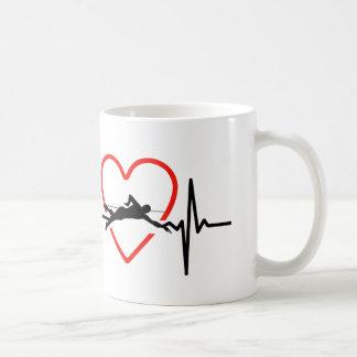 conception de battement de coeur de natation mug