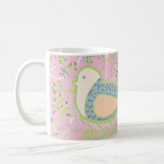 Conception d'un oiseau entouré par l'arbre avec mug