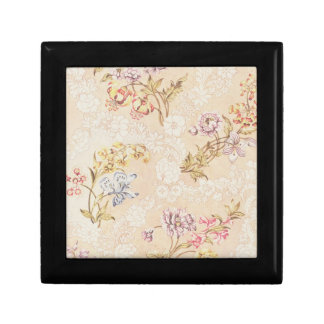 Conception florale avec des pivoines, des lis et petite boîte à bijoux carrée