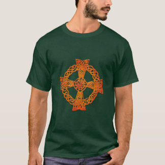 Conception irlandaise d'art de croix celtique t-shirt
