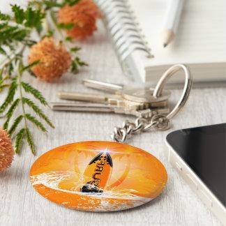 Conception tropicale, planche de surf avec la porte-clé rond