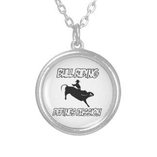 conceptions d'équitation de taureau pendentif rond