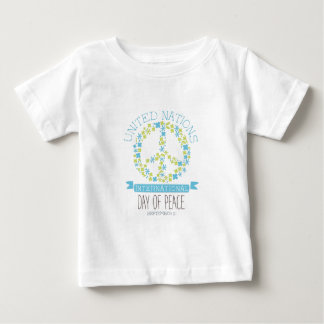 Conceptions internationales d'étiquette de jour de t-shirt pour bébé