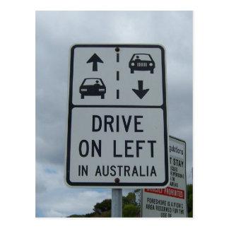 Conduisez sur la gauche dans le signe de carte postale