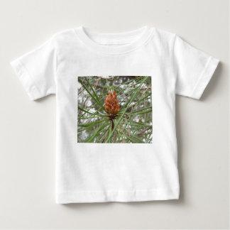 Cônes non mûrs de mâle ou de pollen de pin t-shirt pour bébé