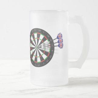 Conseil de dard et joueur de dards de la mug en verre givré