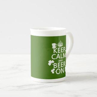 Conservez le calme et la bière sur (Irlandais) Mug