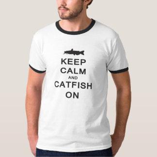 Conservez le calme et le poisson-chat dessus -- t-shirt