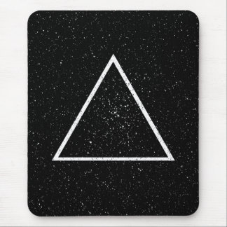 Contour blanc de triangle sur l'arrière - plan tapis de souris