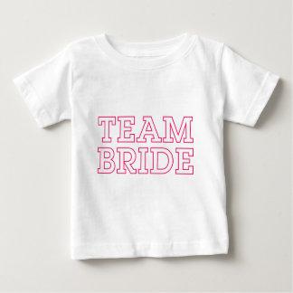 Contour de rose de jeune mariée d'équipe t-shirt pour bébé