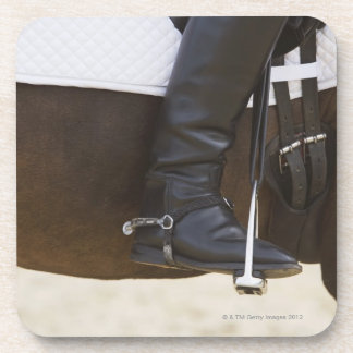coordonnée de cavalier féminin de dressage sur le dessous-de-verre