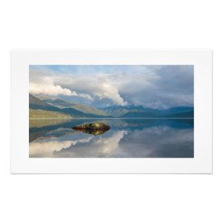 Copie vitreuse de photo de montagnes de lac