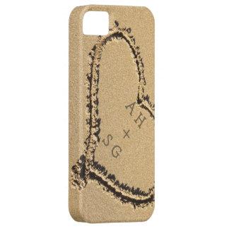 Coque Barely There iPhone 5 Coeur romantique dans des initiales du sable  