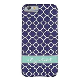 Coque Barely There iPhone 6 Bleu marine et monogramme de coutume de Quatrefoil