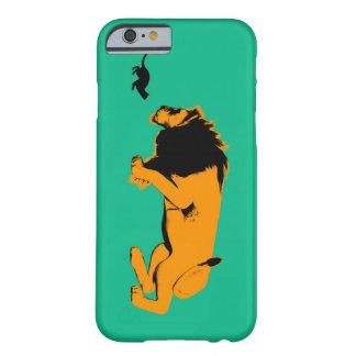 Coque Barely There iPhone 6 Chat contre le lion prêt à combattre ou prendre