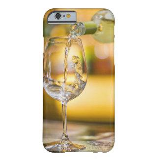 Coque Barely There iPhone 6 Du vin blanc est versé de la bouteille dans le