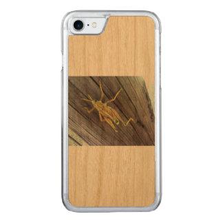Coque Carved iPhone 8/7 Sauterelle sur le bois