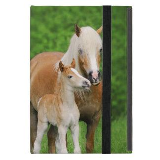 Coque iPad Mini Maman mignonne de baiser de poulain de chevaux de